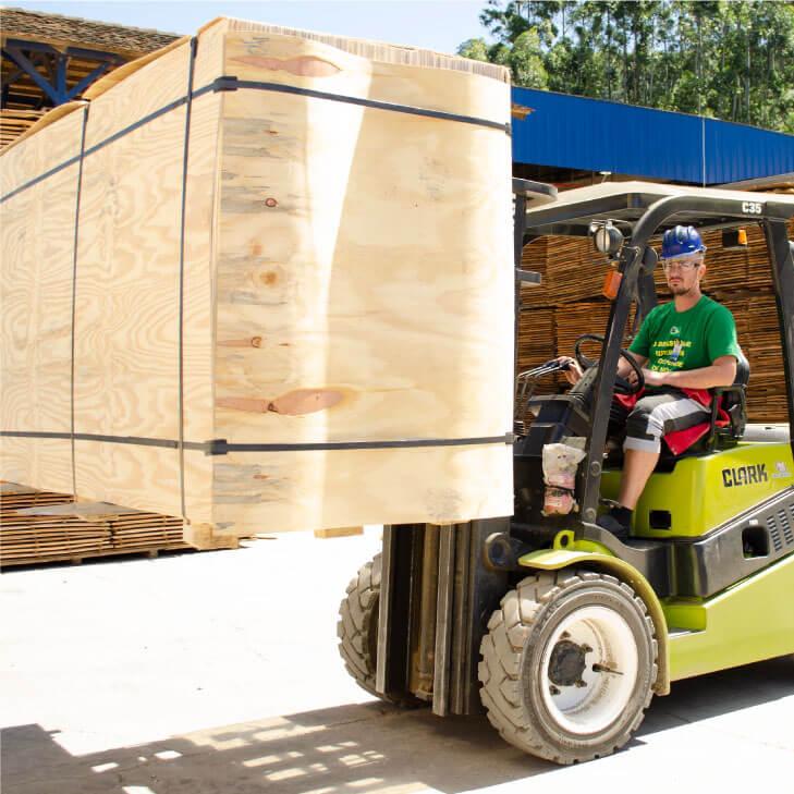 trabalhador-na-maquina-carregando-pallets-com-plywood-mercado-externo-vale-norte