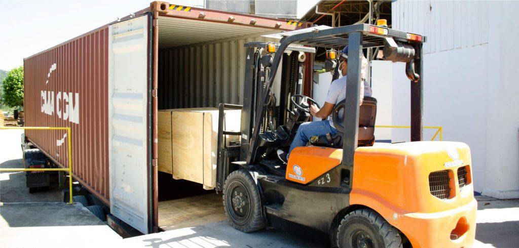 trabalhador-na-maquina-carregando-pallets-em-container-com-plywood-mercado-externo-vale-norte
